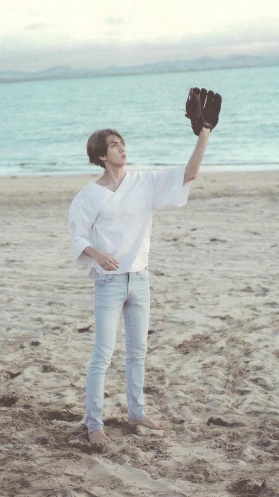 EXO吴世勋现身北京机场 蓝T恤灰短裤穿搭 学会秒变校园男神