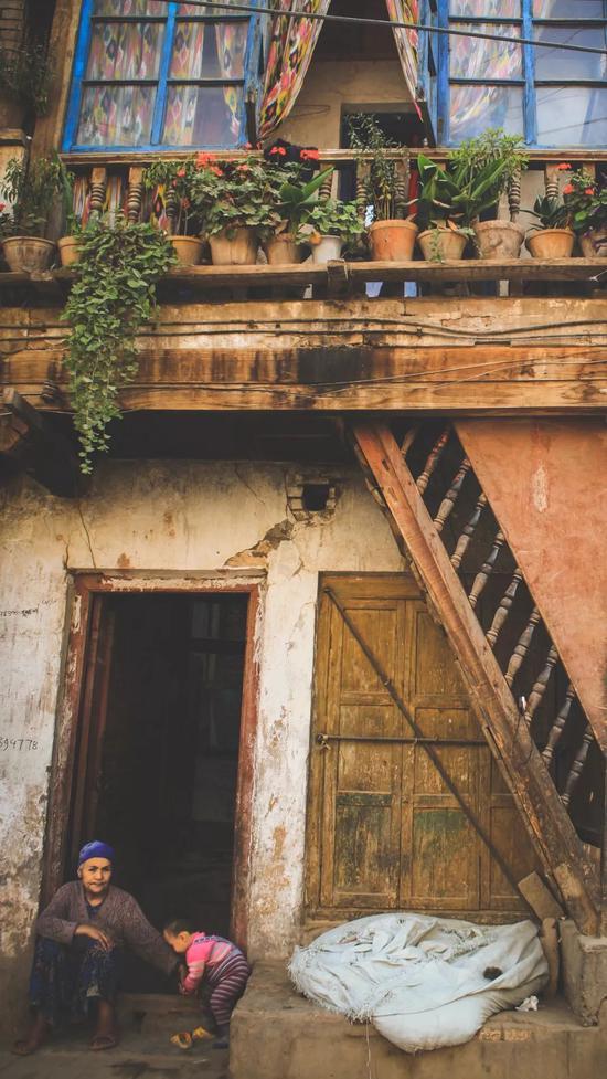 ▲维吾尔族人热爱植物,窗台上都种满了花