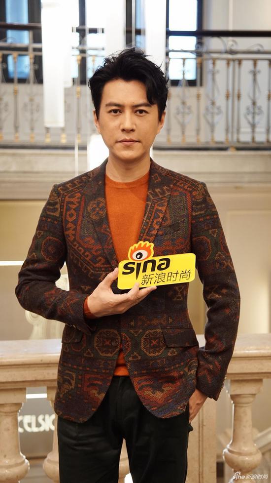 """总听说靳东是大写的""""老干部"""",看他跟粉丝视频可算信了"""