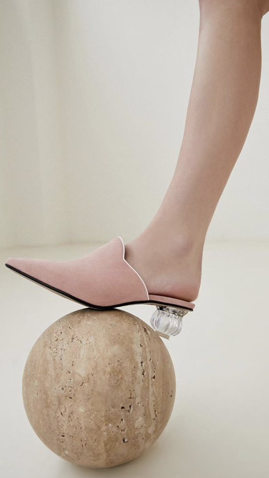 """一双""""灰姑娘的水晶鞋"""" 就能让你时髦一个夏天"""
