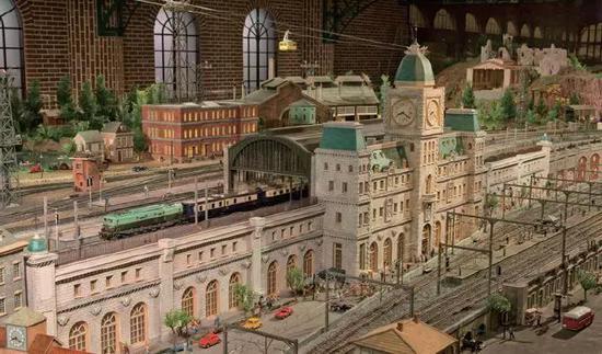 各国的列车模型与欧式街景融合得天衣无缝