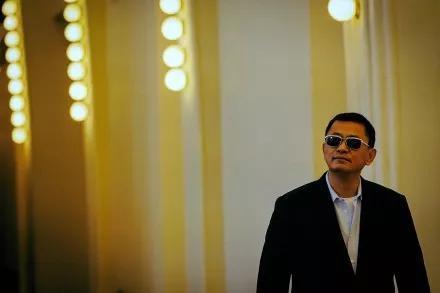 王家卫近日现身上海国际电影节,依旧是墨镜加身