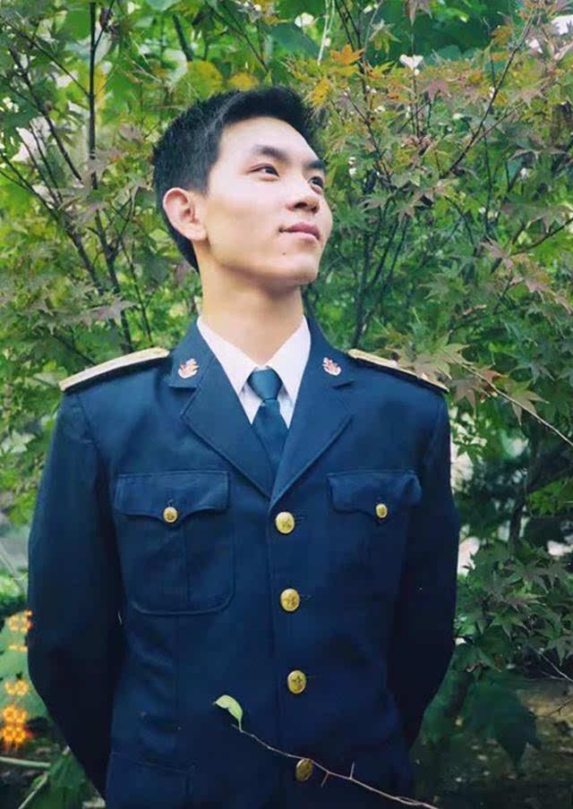 2001年,支力时任东海舰队海军中尉