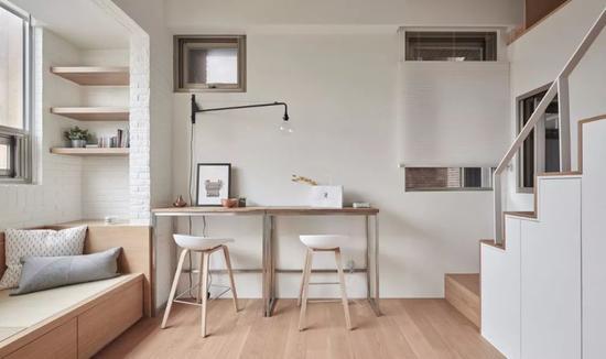 小客厅设计师定制了一款长条形餐桌