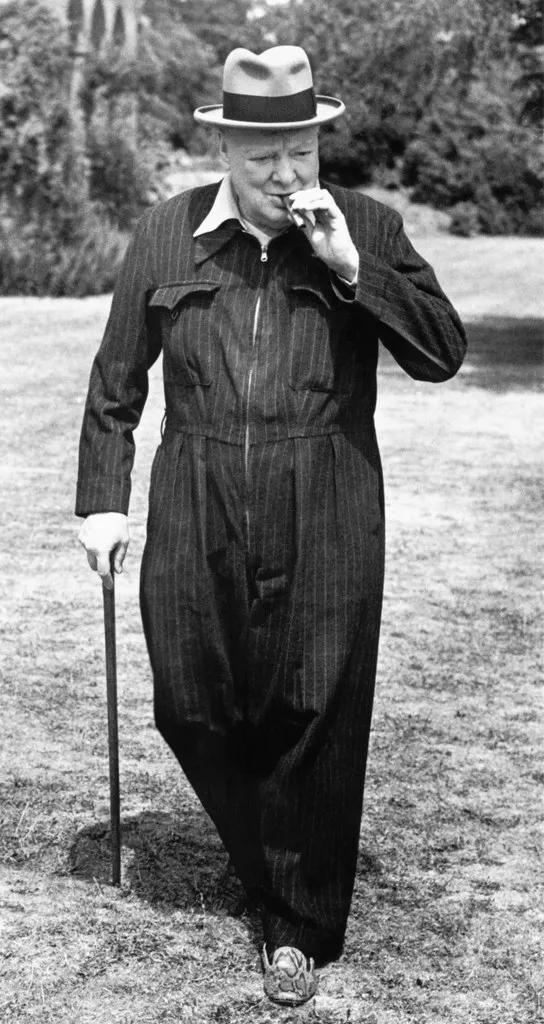 很快,丘吉尔就发现了这件衣服更大好处——显腿长。