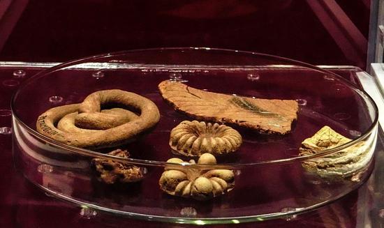 在新疆吐鲁番阿斯塔纳墓中,出土了一系列唐代食物,如烤羊排、点心、烤馕,以及馄饨。图/汇图网