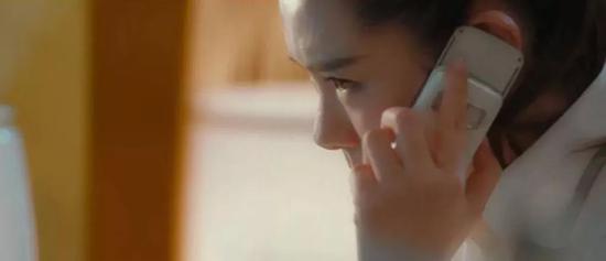 她换掉了诺基亚 5200,同样是诺基亚手机