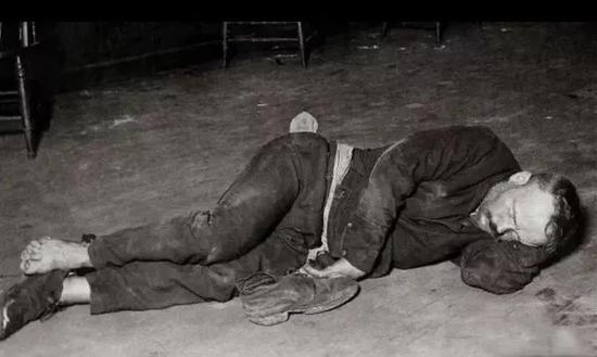 醉倒街头的人