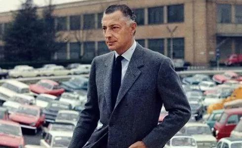 Agnelli本人穿着各种灰色法兰绒套装较为常见。