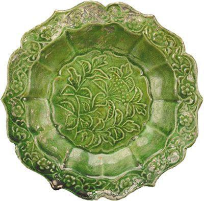 """图为""""南海Ⅰ号""""沉船的磁灶窑绿釉菊瓣花口碟。"""