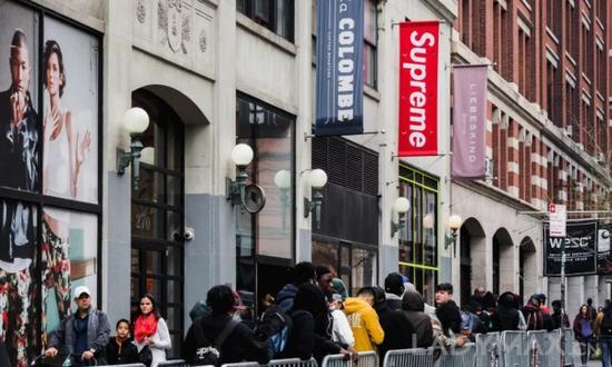 Supreme也是一个最让黄牛开心的潮牌 ,其二次出售的均价超过原始售价12倍