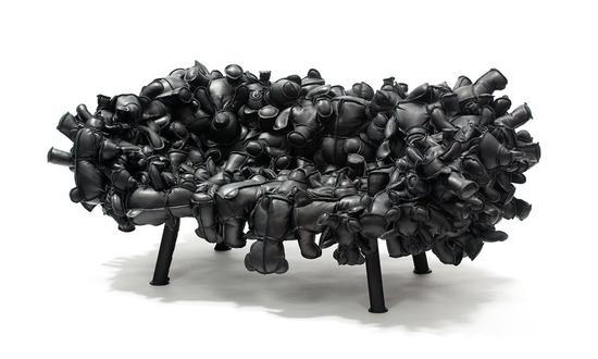 这把皮质玩偶椅现在也收藏在 KAWS 家中