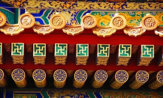 图为太和殿檐下的金龙和玺彩画。典型的故宫式配色,用齐了红黄蓝绿