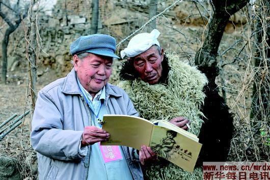 ▲刘文西正在给创作对象分享画作。(照片均由黄土画派艺术研究院提供)