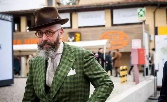 作为绅装的忠实粉丝,天气渐冷时在正装外披上大衣是正常不过的选择。