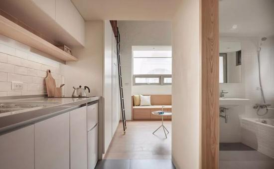 窗边的卧榻及两侧的壁柜
