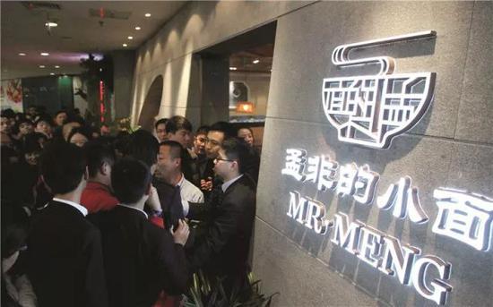 △ 2014 年孟非的小面南京河西万达店开业时的盛况视觉中国供图