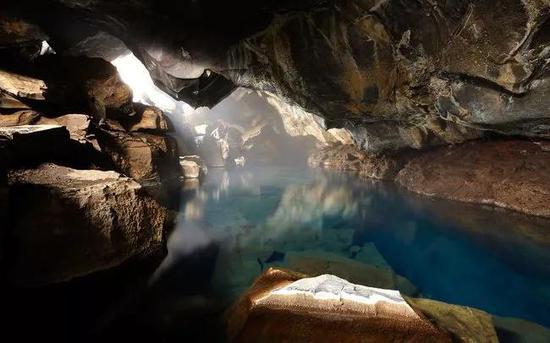 Grjótagjá熔洞,冰岛