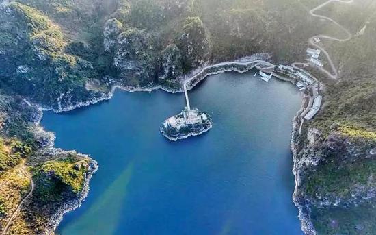 度假村就坐落在万峰湖景区,置于青山绿树之中,远离尘世喧嚣,犹如一座孤岛。