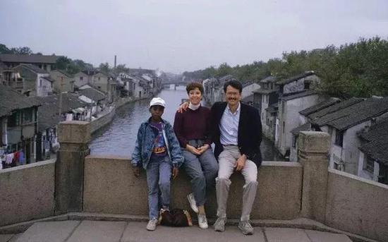 Kanye和妈妈一起在中国游玩