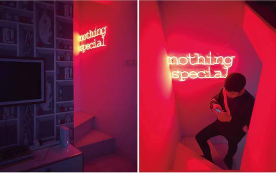 还有好朋友kim家也用了霓虹灯,除了装饰墙面,红色光线还做了客厅和楼梯的空间划分。