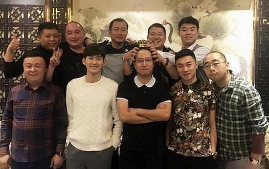 张翰、陈翔晒同学聚会合照,原来明星真的比同龄人显年轻