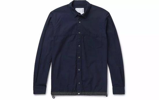 ●Sacai总能以出人意料的细节取胜,这件藏青色衬衫的可收缩下摆就非常心机。