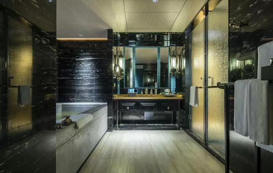 房间的浴缸有亮点,由韩江原石打磨制成泡池,配以日本进口矿物药浴极致放松。