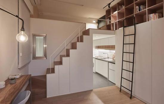 厨具柜的对面是卫生间