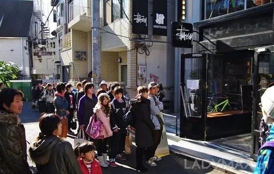 在日本原宿潮流教父藤原浩的引荐下,Stussy成功打入日本潮流圈