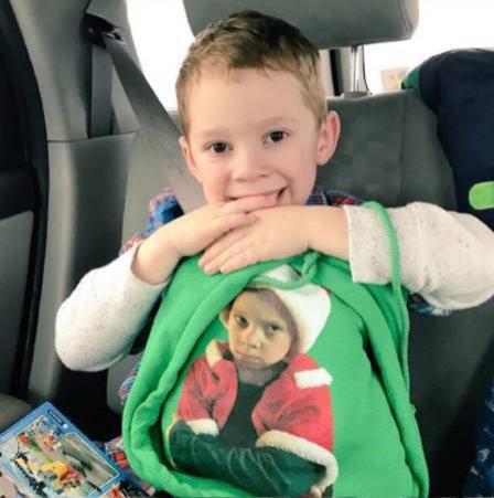 靠表情包走红以后 Gavin 还把自己印在了衣服上,也是非常爱自己了哈哈!