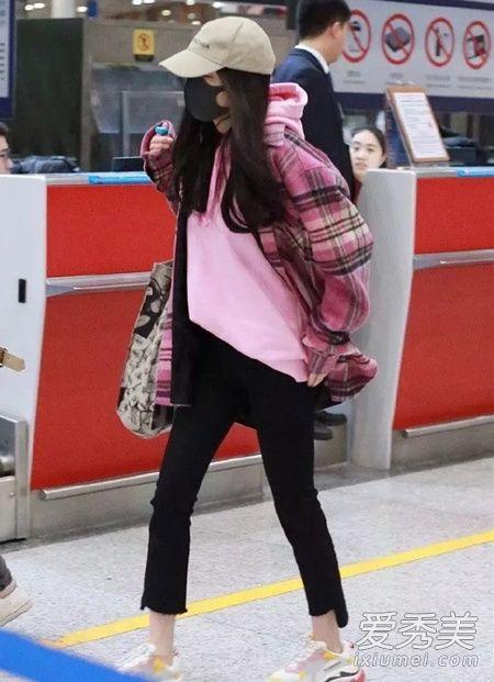 杨幂行色匆忙,看来真的是着急赶飞机呢,粉色卫衣+格子衬衫甜美依旧。
