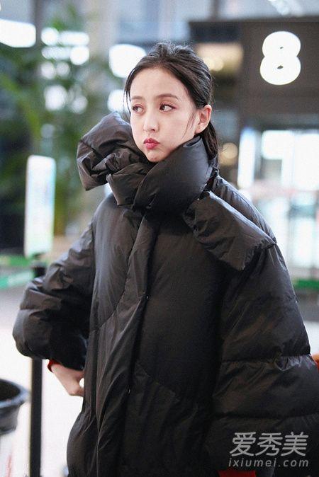 佟丽娅街拍中的长款羽绒服小个子女生也能穿