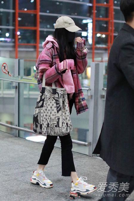 手上的包包也很抢镜呢,今年难道都流行这种大 图腾设计的包包?