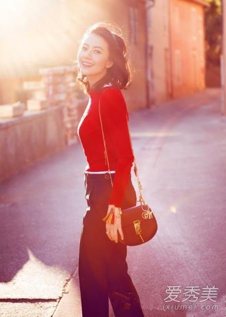 红色毛衣简直就是自带光环呢,红色针织衫加阔腿裤甜美帅气。