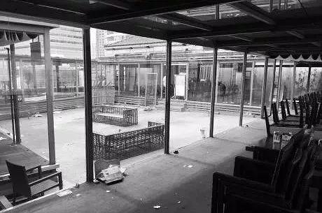 再后来 Kathleen's 5 也改名成了 Roof 325,店内的装修也发生了巨大的变化 。