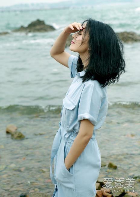 高圆圆夏季街拍,浅蓝色工装连体裤优雅帅气,袖口稍微卷一卷慵懒休闲。