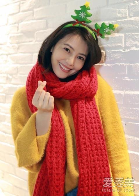 黄色毛衣+红色围巾,还是短发时期的高圆圆笑起来超可爱呢。