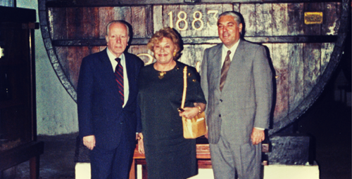 菲利普·罗斯柴尔德男爵父女与干露酒庄代表(图片来源:Vina Almaviva)