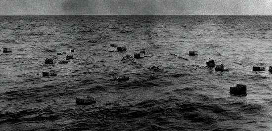 成箱的酒在海上漂流