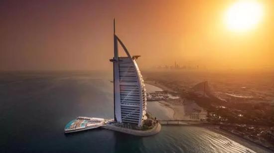全球第一家七星级酒店阿拉伯塔,因为形似帆船,人称帆船酒店。