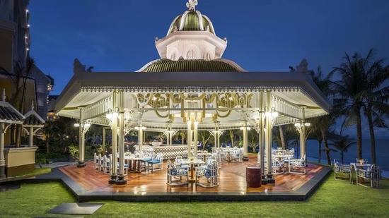 餐厅里还有个由上百个贝壳所制的悬挂吊灯。