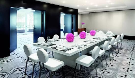 桃红色的鲜花给色调简洁的环境增添了一抹亮色,同时球形造型与地毯图案相呼应