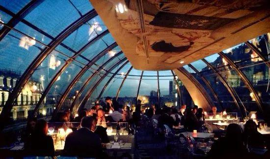 在 Pont Neuf 桥边一号,顶楼,全玻璃天窗看得见塞纳河景。