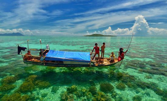 科隆?德国那个科隆么?非也。   说起这个小镇的所在地巴拉望省(Palawan),有些人会猛然醒悟哦,爱昵岛(El Nido)就在那里。   是的,巴拉望群岛被菲律宾旅游局誉为菲律宾最后的秘境,更为游人熟知的地点是爱昵岛和首府所在地公主港(Puerto Princesa),科隆(Coron)尚藏在深闺,安静等待着潜水员前来探索水下的十余条沉船。    1944年9月24日,停泊在科隆湾的日本舰队遭遇美国空军偷袭,至少9艘军舰和商船,此外还有几艘不同时间沉没的商船和渔船。由于此地沉船大多位于水深1