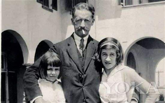 戴安娜·弗里兰(右)和父亲、妹妹,图片来自Pinterest。