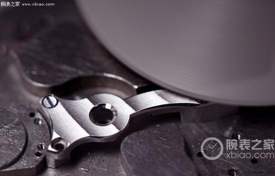 利用旋转磨料去除多余金属创建平行线,形成日内瓦纹,这是一枚Christophe Claret机芯的零件。