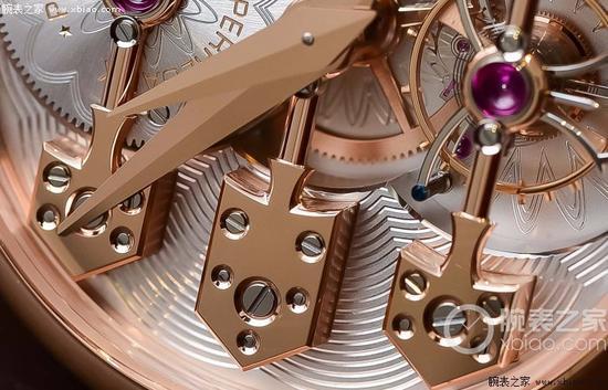 GP芝柏表Esmeralda陀飞轮腕表,三金桥以极小的螺丝固定。