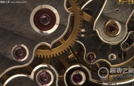 Philippe Dufour Simplicity腕表机芯,可见完美无瑕的日内瓦纹、倒角和抛光。Philippe Dufour是高级制表行业最受尊敬、最有才华的独立制表师之一,因其对完美手工制表不妥协的追求而备受鉴赏家推崇。