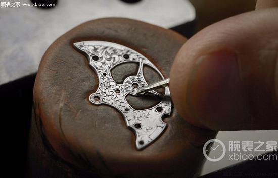 江诗丹顿机芯桥板手工雕刻,以蜡模固定桥板,利用简单的传统工具和精湛的手工技艺。桥板最精细之处只有近五分之一毫米,且未经预先设计。